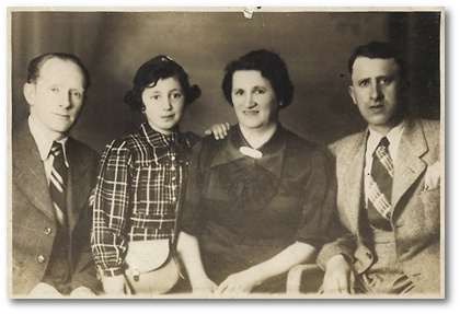 From left to right: Salomon Tepper, Hanna Ramer, Sara Tepper and Leib Steuer. Hanna Ramer, who went to England on a kindertransport, was the only survivor.
